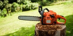 Chain saw sitting on a stump.